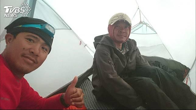 葉姓山友(圖右)是資深台電員工。圖/TVBS