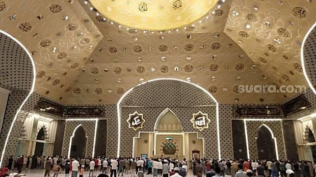 Suasana salat tarawih di Masjid Raya Makassar, Sabtu 1 Mei 2021 / [SuaraSulsel.id / Muhammad Yunus]
