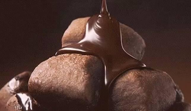 今年有別往年,不再用肉桂焦糖口味,改為用淋上超濃郁的朱古力醬。(互聯網)