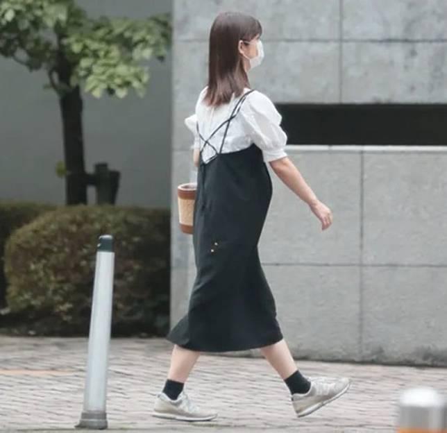小倉希望與丈夫和好,仍然戴着婚戒。
