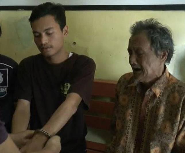 Ditendang hingga Tersungkur, Sang Kakek Malah Nangis saat Youtuber Iyus Sinting Diborgol Polisi