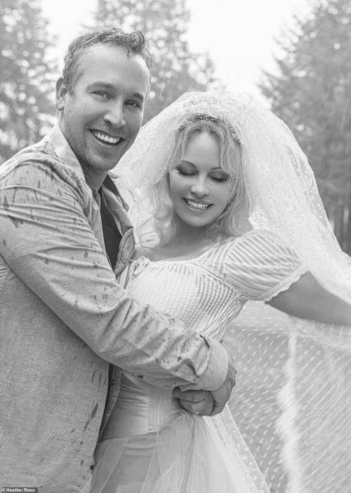 Pamela Anderson dan suami barunya.