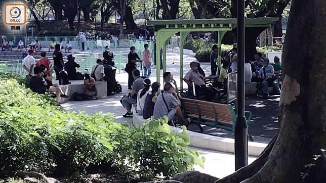 公園管理人員廣播要求群眾散開,惟無人理會。