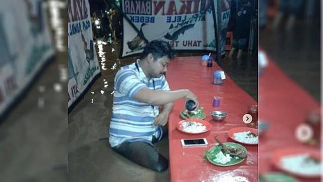 Terungkap, Ini Sosok Pria yang Makan Pecel Lele Saat Banjir