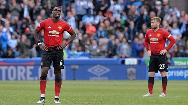 Ekpresi pemain Manchester United, Paul Pogba dan Luke Shaw saat melawan Huddersfield dalam pertandingan Liga Inggris di Stadion John Smith, Huddersfield, 5 Mei 2019. Manchester United hanya mampu bermain imbang 1-1 dengan Huddersfield. REUTERS/Peter Powell