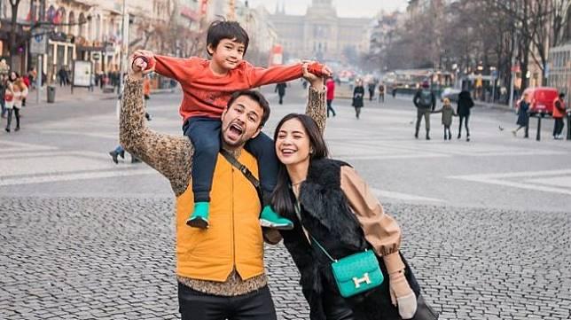 Raffi Ahmad bersama Nagita Slavina dan putranya, Rafathar Malik Ahmad. [Instagram]
