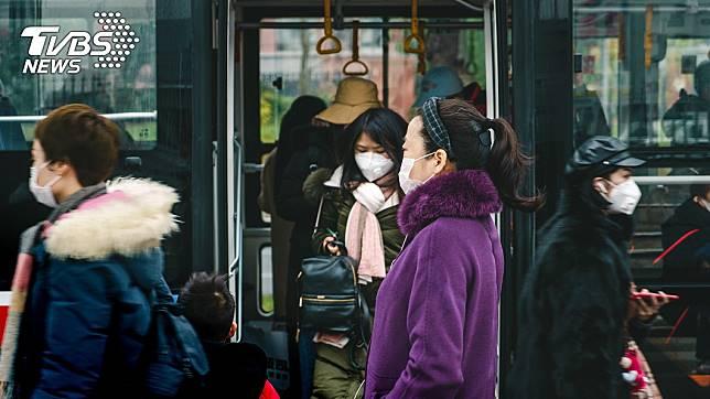 台大醫院兒童感染科主任黃立民認為,現在外出應該都要配戴口罩。 (示意圖/TVBS)