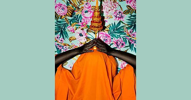 ศาสนากำลังเสื่อม? Demonic งานภาพถ่ายที่ชวนคุณตั้งคำถามกับผ้าเหลือง