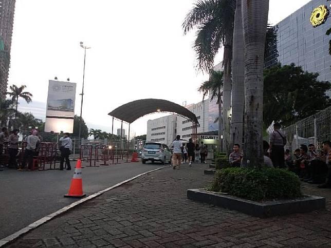 Suasana penjagaan perhelatan Djakarta Warehouse Project (DWP) 2019 di pintu 9 Pusat Niaga JIExpo Kemayoran, Jakarta Pusat, Jumat, 13 Desember 2019. TEMPO/Lani Diana