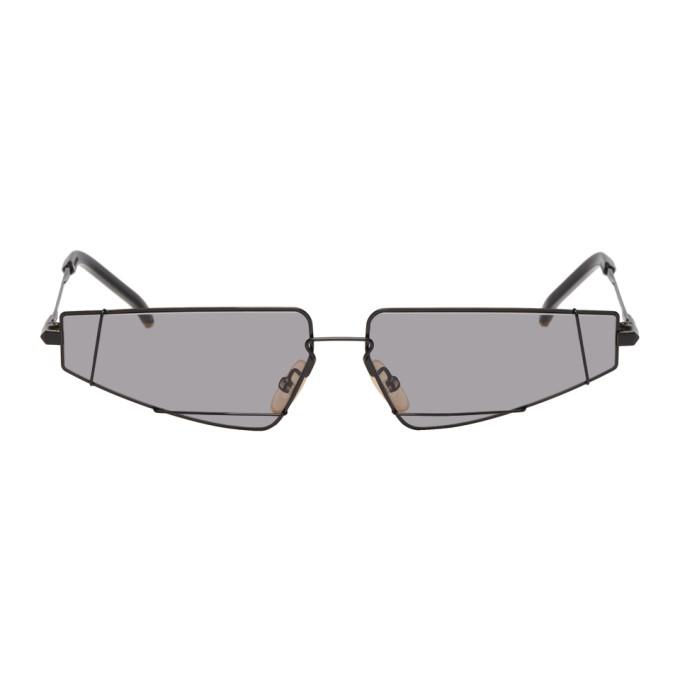 黑色金属矩形框太阳镜。灰色镜片,100% 紫外线防护。透明橡胶鼻托,镜脚饰有金色徽标刻印。同色醋酸纤维镜脚套饰有金色五金。尺寸为:61.13 150。供应商配色:Black