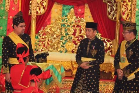 Presiden Joko Widodo saat menerima gelar adat dari Lembaga Adat Melayu Riau (LAMR), Sabtu, 15 Desember 2018. Jokowi diberi gelar adat karena dianggap bisa atasi asap akibat Karhutla di Riau.