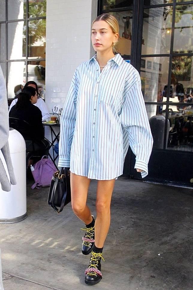 襯Boyfriend Shirt:配襯寬鬆舒適的Boyfriend Shirt,隱藏下身,只露出一雙長腿,隨性得來不經意散發性感魅力。(互聯網)