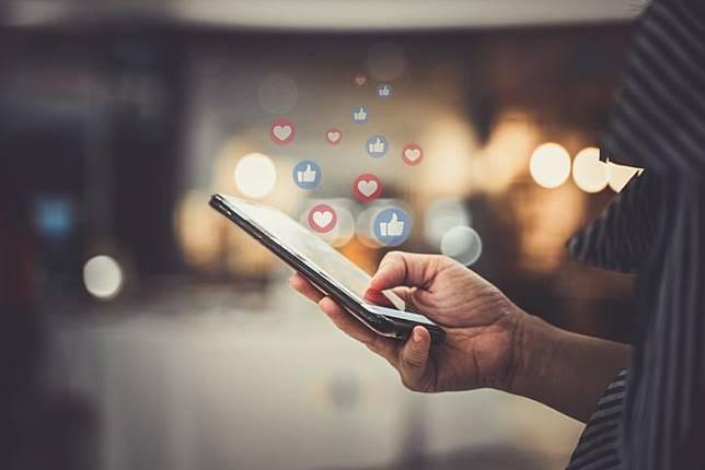 Satu dari dua orang menyembunyikan aktivitas media sosialnya dari atasan, dan 52% orang tak ingin koleganya mengetahui aktivitasnya di web.
