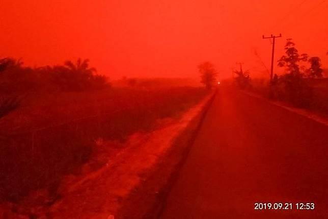Langit berubah warna merah di Jambi