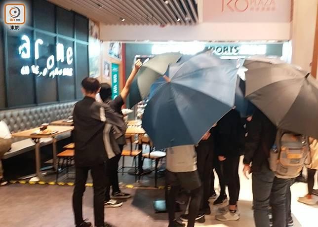 PopCorn有示威者破壞東海堂分店。(張福宏攝)