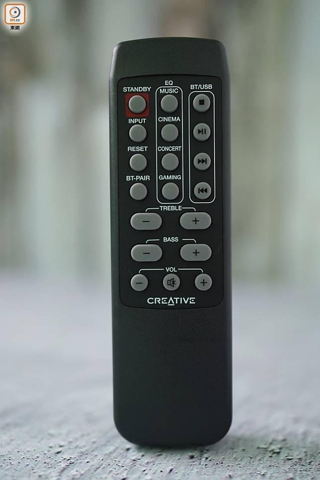 附設有卡片式遙控器,切換音訊源都很簡單。(張群生攝)