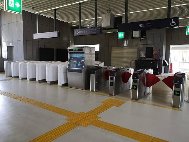 入閘機預計開通時未能使用澳門通卡,乘客需使用購票機購票。(互聯網)