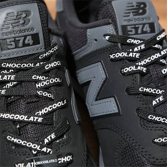 除了原有黑色鞋帶之外,隨鞋更附上另一款印滿:CHOCOOLATE字樣的黑底白字鞋帶。(互聯網)