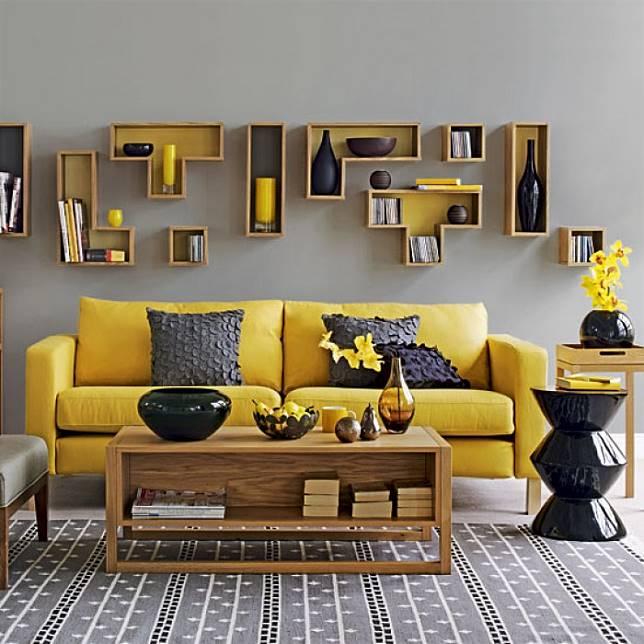 Ruang Tamu Abu Kuning Dengan Sofa Berwarna Mustard