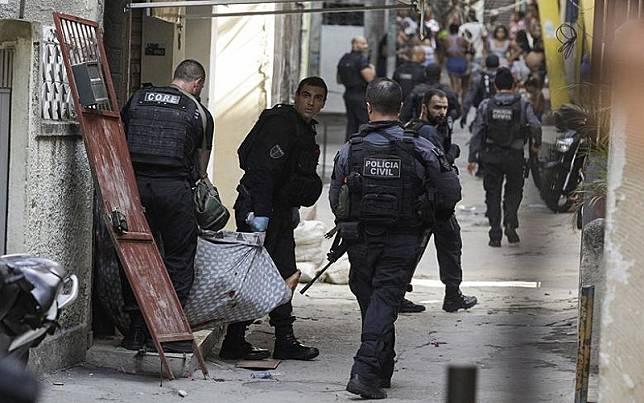 Polisi Brasil menggerebek kampung narkoba di Rio de Janeiro, Kamis (6/5/2021). (Foto: Reuters)