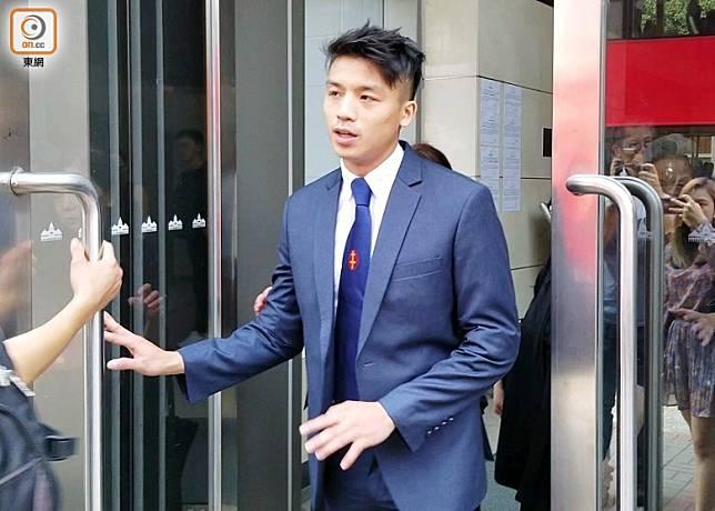 被告譚皓宇否認襲警罪。