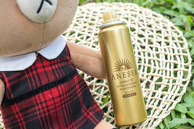 噴霧式的防曬通常都會列明噴灑的距離及方法,以Anessa perfect UV sunscreen aqua booster SPF 50 PA++++($166/60g)為例,說明了距離臉部約10至15cm噴灑至為適當。