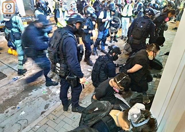 連串衝突示威令警民關係緊張。