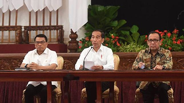 President Joko Widodo or Jokowi, accompanied by Presidential Chief of Staff Moeldoko (left) and State Secretary Pratikno, speaks in a press conference on the revision to the Law on the Corruption Eradication Commission (KPK) at the State Palace in Jakarta, Friday, September 13, 2019. ANTARA