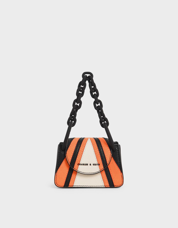 色調拼接為包款添加一抹獨特風格,搭配黑色粗鍊條讓整體更搶眼時尚。