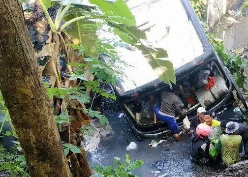Warga mengevakuasi korban dari dalam Bus Pariwisata Fabian Anugerah Trans AG 7555 UR di Blitar, Jawa Timur, Sabtu (7/12/2019).