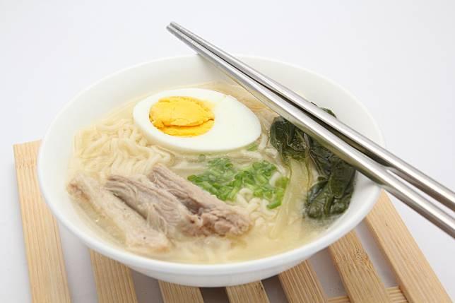 ▲筷子平放在碗上,在日本竟然是觸犯禁忌。(示意圖/取自 photoAC )
