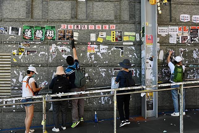 市民在黃大仙場清理「連儂牆」。