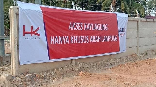 Spanduk yang dipasang pihak Hutama Karya untuk mencegah pengendara masuk ke ruas Kayuagung - Palembang