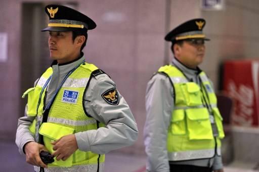 ตำรวจเกาหลีใต้ขอโทษประชาชน ต่อการสอบสวนที่ยาวนานหลายสิบปี ในคดีข่มขืนและฆาตกรรมต่อเนื่อง และ ยังจับคนร้ายผิดตัว NICOLAS ASFOURI / AFP