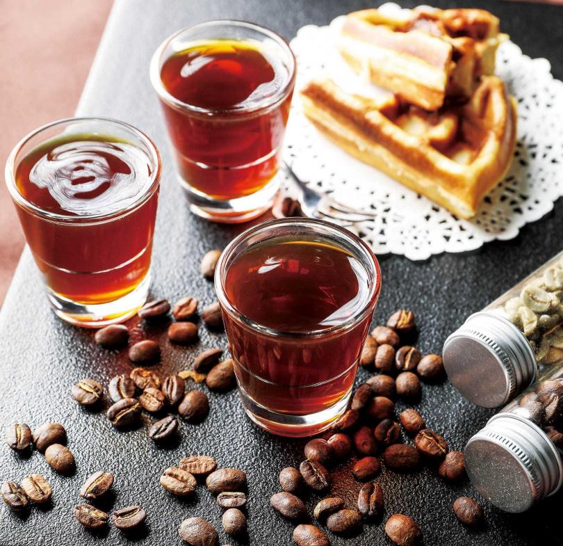 「青葉山莊」的咖啡精品套餐,同時提供3種處理法的阿里山莊園咖啡。(250元)(圖/焦正德攝)