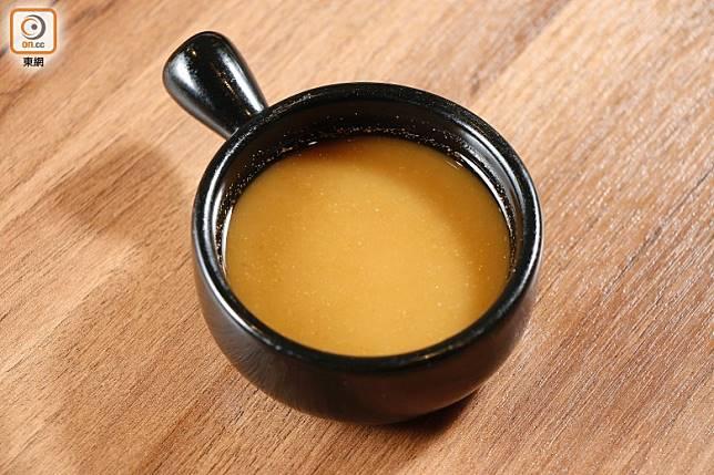 用新鮮沙薑炮製而成的沙薑醬,香味更加濃郁。(郭凱敏攝)