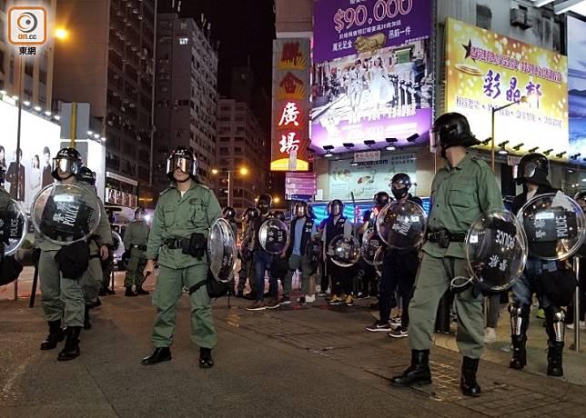 防暴警於聯合廣場外設防線。(劉志城攝)