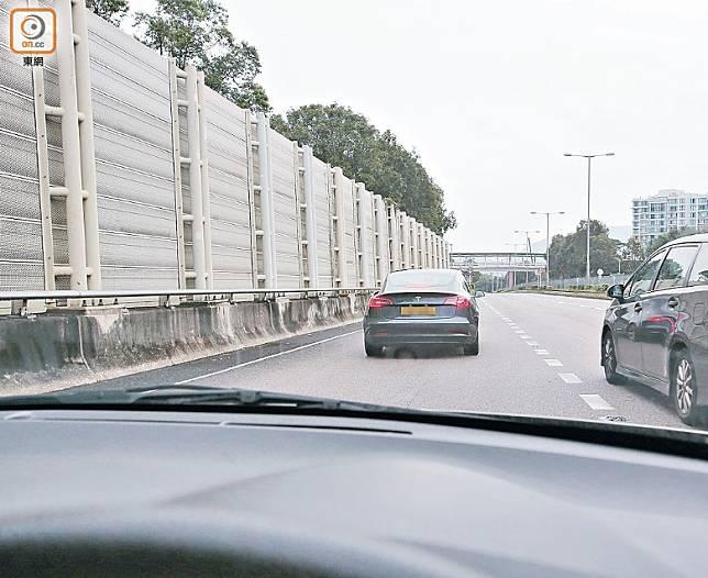 戴志偉揸車遊花園,在公路停駛半分鐘,好危險。