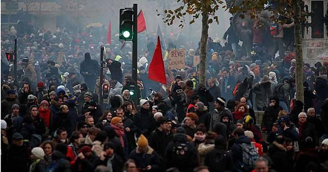 法國罷工抗議「退休金改革」!逾80萬人上街頭 交通癱瘓、學校停課