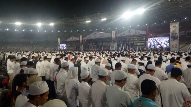 Massa kampanye akbar Prabowo-Sandi salat subuh berjemaah bersama di Stadion Gelora Bung Karno (GBK), Minggu (7/4/2019) Foto: Fahrian Saleh/kumparan