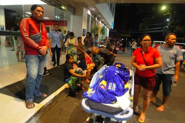 Sejumlah pasien dan keluarga berkumpul di area parkir rumah sakit Siloam saat terjadi gempa di Manado, Sulawesi Utara.