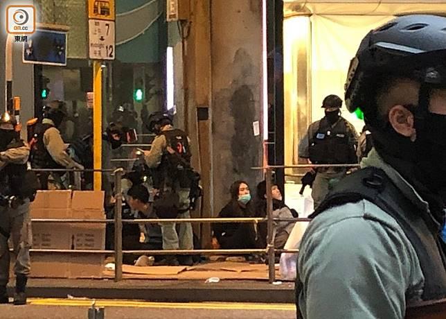 警員在中環截查多人。(陳亦瀅攝)