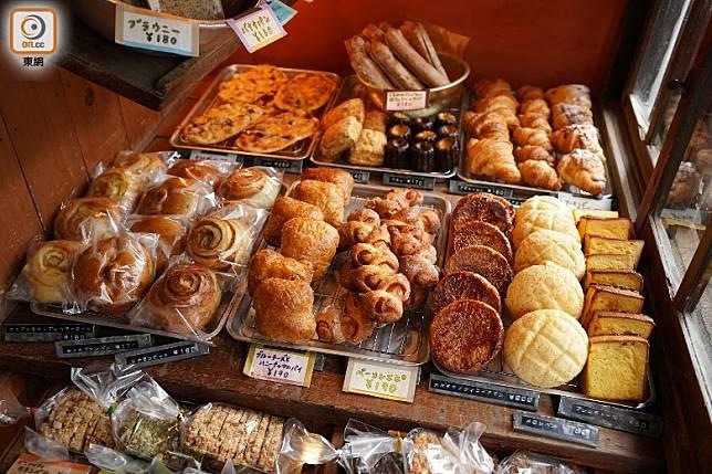 客人僅能站在一「電話亭」大小的空間中揀麵包,店員說最人氣的麵包是他們的蜜瓜包。麵包售價每個150日圓(約HK$11)起。(劉達衡攝)