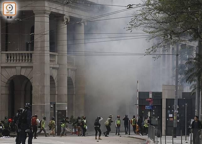 警方施放催淚彈後,中環一帶白煙瀰漫。(李志湧攝)