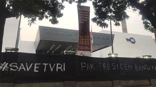 Kain hitam bertuliskan #SaveTVRI terbentang di sejumlah titik di gedung TVRI, Senin, 20 Januari 2020. Foto: Istimewa
