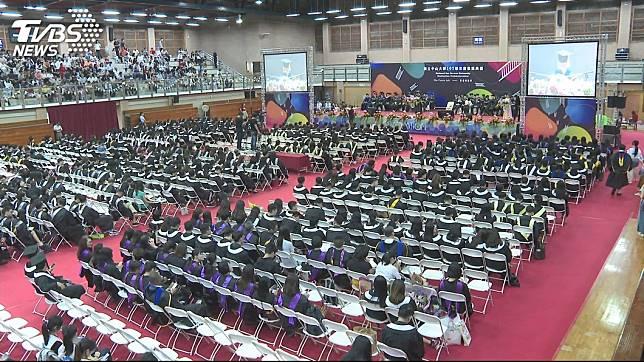 許多父母親會出席兒女的畢業典禮,見證這難忘的一刻。(示意圖/TVBS)