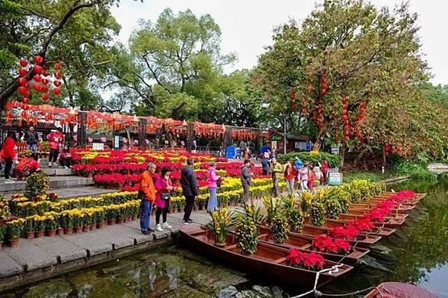 水上花市的特色是在湖邊的小船上擺滿鮮花,讓買花者邊看湖境邊看花。(互聯網)