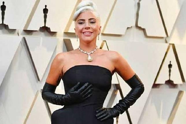 Lady Gaga jatuh dari panggung saat digendong penggemarnya