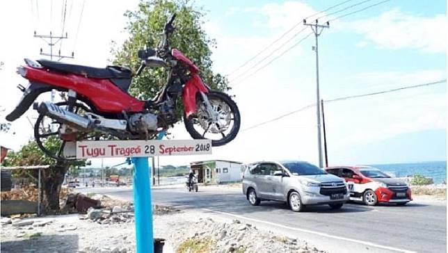Tugu Tragedi 28 September 2018 dibangun secara swadaya oleh korban bencana di ruas Jalan Trans Sulawesi di Kelurahan Mamboro, Kota Palu. (ANTARA/Muhammad Arsyandi)