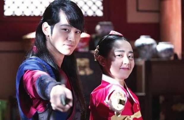 Setelah mengembangkan perasaan satu sama lain saat syuting drama Godders of Fire (2013), Kim Bum dan Moon Geun Young mengumumkan hubungan mereka